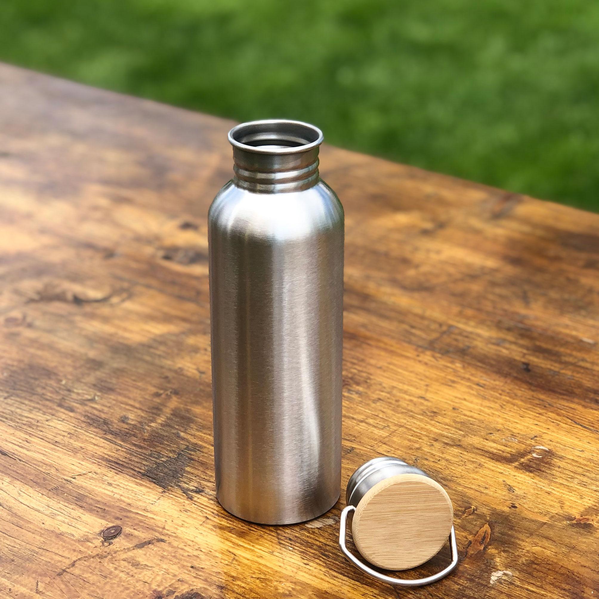 Sticla reutilizabila pentru apa, de luat la sport, la yoga, la pilates. Cu capac cu bambus.Nu curge. 750ml.